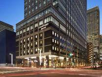 中央通り沿いに立つ「京橋トラストタワー」4階がフロントです。
