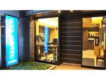 WEBホテルの正面入口です。100円自販機設置、自販機横に喫煙所有ります。