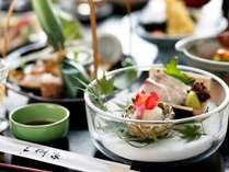 季節によって変わる、旬の食材をあしらった前菜料理。夏は涼しげな器でお召し上がりください。
