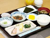 """【朝食 一例】慣れ親しんだ昔ながらの""""おふくろの味""""をごゆっくりとお召し上がりくださいませ。"""