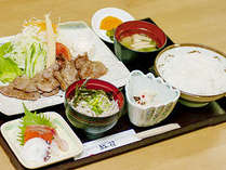【夕食 一例】落ち着いた雰囲気の中で、ボリューム満点の料理をご堪能ください。