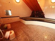 【お風呂】石造りのお風呂は3~4名が一緒に入れるほどの大きさです