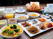 約60種類の食材を活かした朝食バイキングを無料でご提供いたします。(メニュー例)