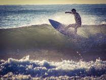 各地から金ヶ浜の高い波を楽しむために、サーファーがやってきます。
