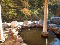 春には桜。 夏は緑と川のせせらぎ、秋は紅葉、冬は雪見の露天風呂