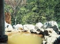 源泉掛け流しの温泉で体の芯までポカポカに。露天風呂は午前6:30~午後8時まで利用可能