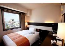 全室に140センチ幅シモンズベッドを使用。