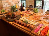 夕食(イタリアンやアジアンなどのオシャレな一品がたくさん!)