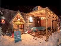 冬季外観写真。ウッドデッキでは雪を見ながらのバーベキューなどが楽しめます。