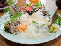 *【お料理】旬の魚介類のお刺身盛り。