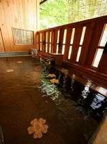 木曽川を望むヒノキの露天風呂