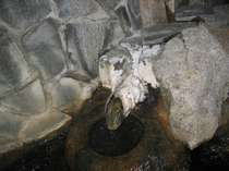 内風呂の湯口です天然温泉のあかし【結晶】がビッチリこびりついてます
