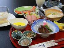 【朝食】その日のお魚、サラダ他8品目をご用意。朝からしっかり派におすすめ