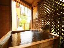 【離れ露天風呂付き客室 初島】昭和建築の本間+次の間付の間取りにひのきの露天風呂付き客室。