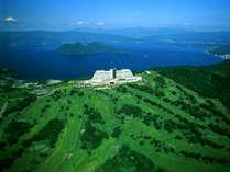"""【外観】 見下ろすは洞爺湖と、北海道の大自然。山頂にそびえる当ホテルは、まさに """"天空のリゾート!"""""""