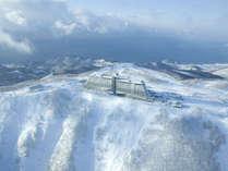 【外観】〔冬〕 雲と雪景色が溶け合う「白一色の世界」に包まれる冬。輝く朝の美しさはまさに壮観!