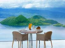 目の前には美しい洞爺湖、テーブルには見目麗しい美食の数々。天空のレストランが奏でる至高のひととき。