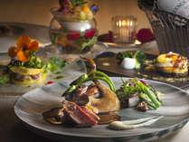 """厳選食材を使用した多彩な料理――""""五感で愉しむ""""逸品をご賞味ください"""