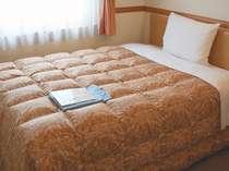 シングルルーム。ゆったりくつろげるセミダブルベッド。