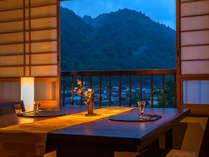 木曽の山景色を眺めながら乾杯♪会話と共に、地酒やワインが進みます♪
