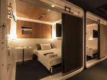ファーストクラスキャビン セミダブルベッドを備え、着替えが出来るスペース有 快適な空間です。