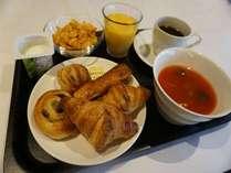 具沢山スープと焼き立てパン。果肉たっぷりオレンジジュースとコーヒーをご提供しております。