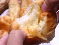 朝食の焼きたてパンです。毎日日替わりで数種類のパンをお出しいたします。