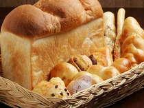 朝食の焼きたてパンです。おかわり自由、おなかいっぱい食べてください。