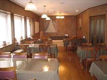 食堂全景です。朝日が差し込み、明るく開放的な窓からは外がよく見えます。