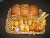 朝の焼きたてパンです。毎日日替わりでお出しいたします。