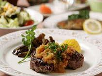 夕食の一例です。信州牛のステーキは美味しいですよ。