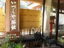 玄関前。鹿教湯温泉の名前の由来となった鹿の像。