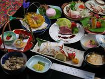 【夕食一例】旬の食材と地産の食材を使ったいづみや会席をご堪能下さい。