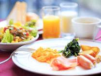 和・洋のおかずをバランスよく取りそろえた朝食バイキングは、7時からオープンです♪