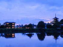 【ホテル遠景】荒池の畔に佇むホテル