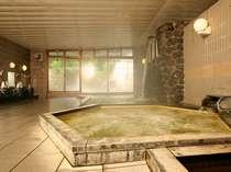 【大浴場(男性)】広々して湯船も数種類ございます。ゆっくり温泉を愉しんで。