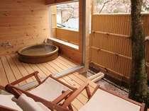 【露天風呂付き客室】広いデッキのチェアで寛ぐのもよし、天然温泉を満喫するもよし。