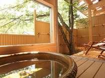 【露天風呂付き客室】気持ち良いウッドデッキと緑がまぶしい