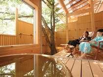 【露天風呂付き客室】木漏れ日の中ウッドデッキで日向ぼっこ