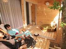 【露天風呂付き客室】緑の桜の木とウッドデッキが気持ちよい♪