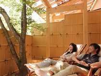 【露天風呂付き客室】到着したらまずはウッドデッキで一休み。