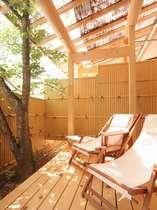【露天風呂付き客室】自然の光あふれるウッドデッキ。
