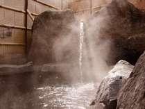 【お見合い露天風呂(女性側)】温かい湯気に日が差し込み幻想的な雰囲気に・・・