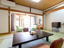 【露天風呂付き客室】ゆったりとした和室10畳。ウッドデッキと露天風呂があります。