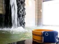 【大浴場(女性)】滝のように流れてくるお湯。湯量たっぷり!