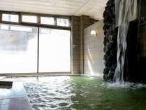 【大浴場(男性側)】勢いよく流れ出るお湯は打たせ湯にも