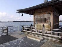 弁財天と竜神を祀る片山津温泉の浮御堂へは、湯の元公園から浮桟橋で渡れます。