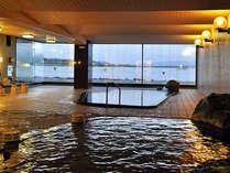 柴山潟の開放的な景色を眺められる大浴場。