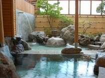 無色透明・天然温泉「美白泉」の露天風呂。充実のクア施設は12種!湯治に最適です★