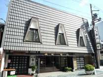 三角屋根と民芸風の外観が目印。旅館南都!!